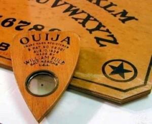 Tablero Ouija e1334429270136 300x245 - La Ouija le ordenó que lo hiciera