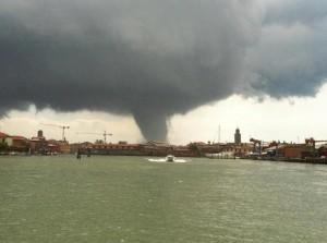 Tornado en Venecia e1339683629743 300x223 - Fenómenos atmosféricos extraños en Barcelona y Venecia