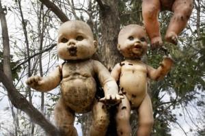 muñecas poseidas e1340544425829 300x199 La Isla de las Muñecas, el lado oscuro del turismo