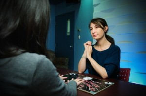 Helene Gauchou trabajando con la ouija e1341937429474 300x197 - Psicólogos utilizan la Ouija para investigar el subconsciente
