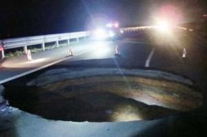 Extra%C3%B1os agujeros en el mundo e1344284227394 300x198 - Extraño agujero en Assumption Parish, Louisiana
