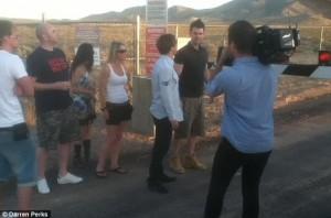 Equipo de la bbc mientras realizaban la grabacion e1350073231898 300x198 - Un equipo de la BBC fue detenido en el Área 51