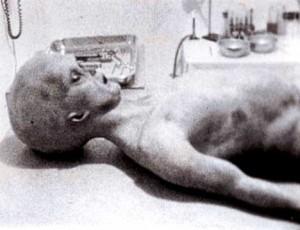 Supuesta autopsia de un extraterrestre en el area 51 e1350073616391 300x230 - Un equipo de la BBC fue detenido en el Área 51