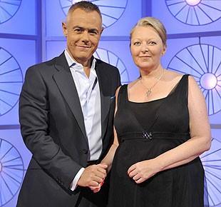 Anne Germain con el presentador Jordi Gonzalez e1354250608414 - La famosa médium Anne Germain acusada supuestamente de fraude