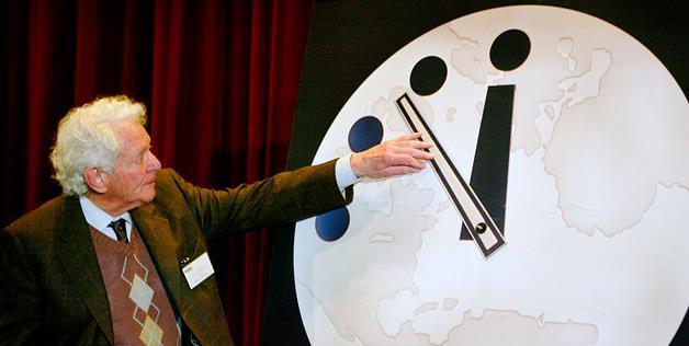 """Dr Leon Lederman ajustando el Reloj del Juicio Final - """"El Reloj del Juicio Final"""", a cinco minutos para la destrucción de la humanidad"""