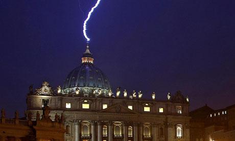 Relampago impacta sobre la Basilica de San Pedro - Relámpago impacta sobre la Basílica de San Pedro
