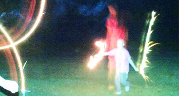 Figura fantasmal - Una fotografía muestra una figura fantasmal al lado de una niña con una grave enfermedad
