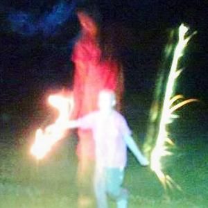 Misteriosa aparicion - Una fotografía muestra una figura fantasmal al lado de una niña con una grave enfermedad
