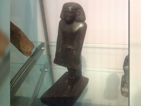 Antigua estatua egipcia gira misteriosamente