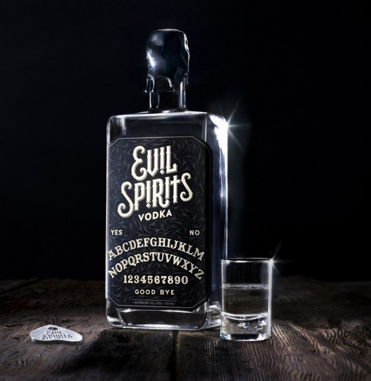 Evil Spirits Vodka alcohol y ouija - Evil Spirits Vodka, una combinación perfecta de alcohol y Ouija para atraer el mal