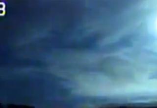 """Gran bola de fuego cruzando el cielo de Canada 320x220 - Una cámara de la policía graba una """"gran bola de fuego"""" cruzando el cielo de Canadá"""