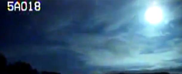 """Gran bola de fuego cruzando el cielo de Canada - Una cámara de la policía graba una """"gran bola de fuego"""" cruzando el cielo de Canadá"""