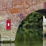 Uri Geller desconcertado por la misteriosa aparición de un buzón de correos en medio de un río de In...
