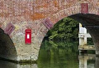 Uri Geller buzon de correos 320x220 - Uri Geller desconcertado por la misteriosa aparición de un buzón de correos en medio de un río de Inglaterra