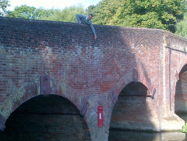 Uri Geller buzon de correos Inglaterra Uri Geller desconcertado por la misteriosa aparición de un buzón de correos en medio de un río de Inglaterra