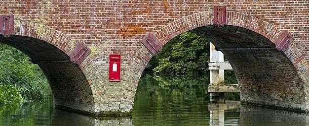 Uri Geller desconcertado por la misteriosa aparición de un buzón de correos en medio de un río de Inglaterra