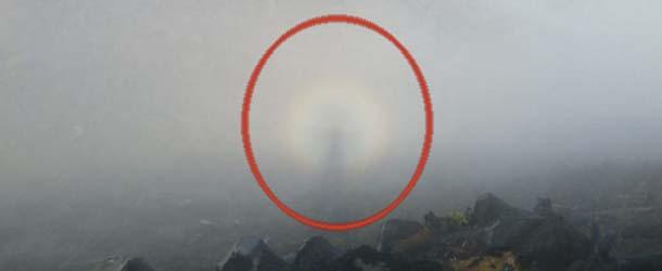 Hombre fotografía un extraño espectro en una montaña: ¿Orbe, Ángel, o algo más?