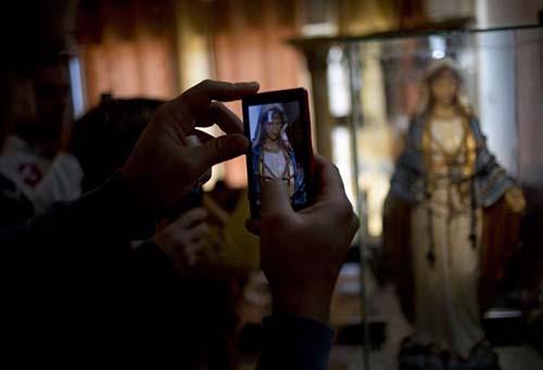 """estatua virgen maria Miles de personas acuden a una ciudad de Israel para ver la estatua de la Virgen María que """"llora"""""""