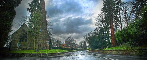 fantasma inglaterra - Fotografía muestra el fantasma de una mujer vestida de blanco en una carretera de Inglaterra