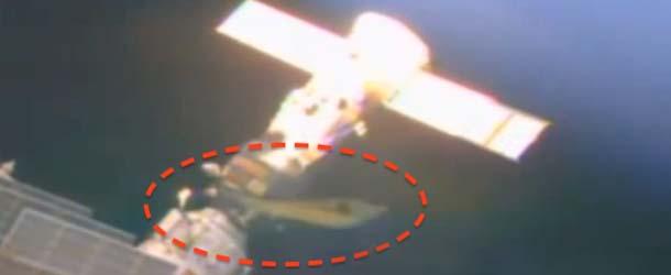 ovni estacion espacial internacional - Nuevas imágenes de la NASA muestran un OVNI acoplado en la Estación Espacial Internacional