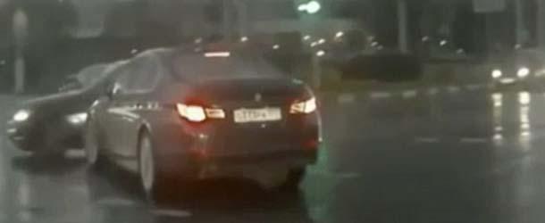 """""""Coche fantasma"""" aparece misteriosamente de la nada causando el pánico en una calle de Rusia"""