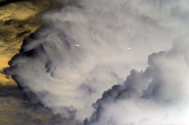 ovnis australia - Un fotógrafo capturó dos Ovnis cerca de un avión sobre los cielos de Australia