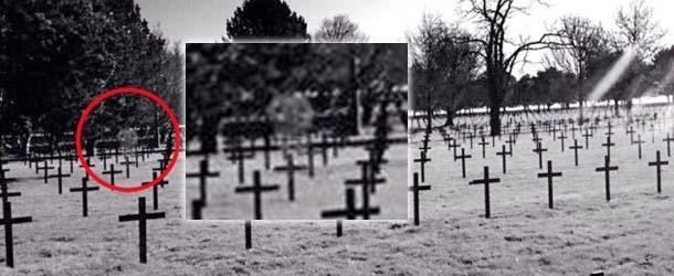 fantasma soldado escoces - Estudiante fotografía el fantasma de un soldado escocés en un cementerio militar de Francia