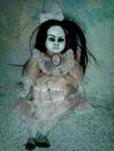Muñeca poseída aterroriza lugareños