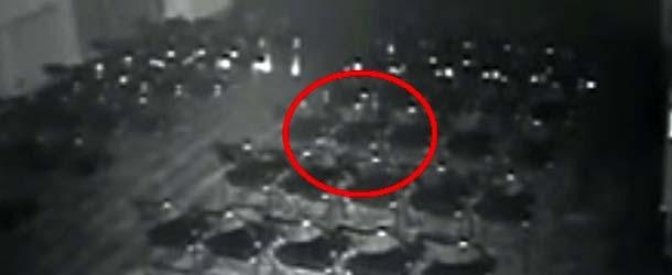 fantasma teatro inglaterra - Cámaras de seguridad graban a un fantasma moviendo una silla y una mesa en un teatro de Inglaterra