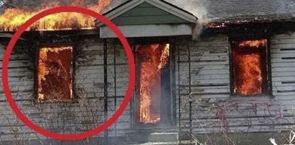 presencia fantasmal casa llamas - Bombero fotografía una presencia fantasmal en una casa en llamas