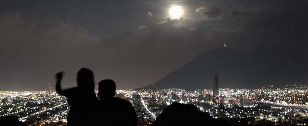 fotografo ovni superluna - Fotógrafo graba un OVNI pasando por delante de la superluna del domingo 10 de agosto