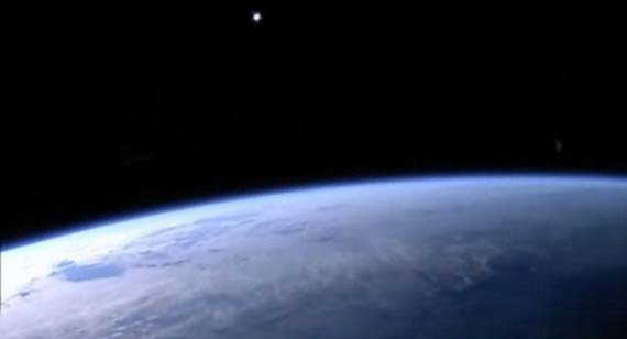 iss misteriosos objetos - De nuevo la cámara de la Estación Espacial Internacional graba misteriosos objetos