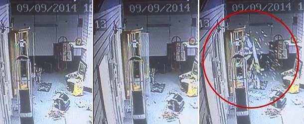 Fuerza sobrenatural rompe puerta de cristal en una casa de subastas de Inglaterra