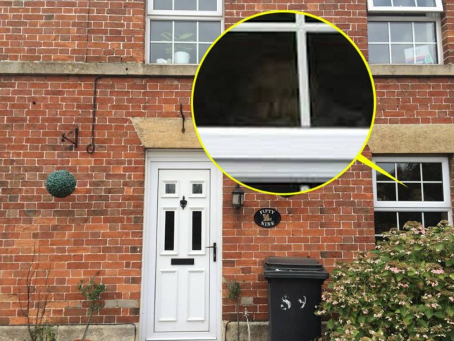 fantasma ventana - Mujer fotografía un fantasma mirando por la ventana de su casa