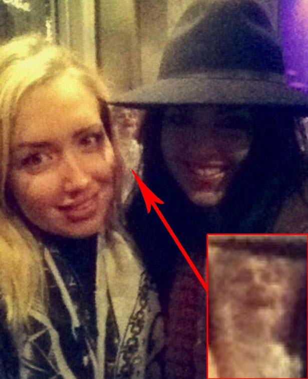 figura fantasmal en selfie - Aparece una figura fantasmal en el selfie de dos chicas británicas