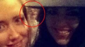 Aparece una figura fantasmal en el selfie de dos chicas británicas