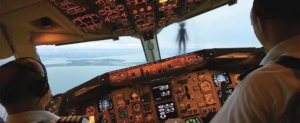 """humanoide volador avion - Misterioso """"Humanoide Volador"""" casi impacta contra un avión de pasajeros"""