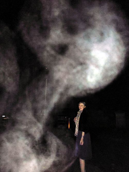 figura aterradora inglaterra Pareja británica fotografía una figura aterradora en un cementerio de Inglaterra