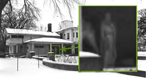 figura fantasmal mansion Descubren una figura fantasmal en una antigua fotografía de una mansión histórica