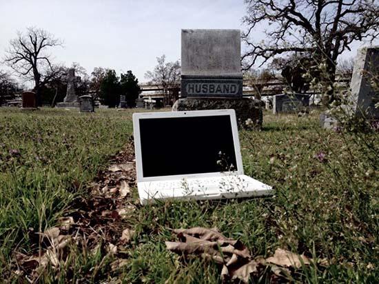 """macbook embrujado - Venden en eBay un ordenador portátil MacBook """"embrujado"""""""
