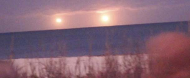 ovnis gemelos luminosos florida - Aparecen dos ovnis gemelos luminosos sobre una playa de Florida