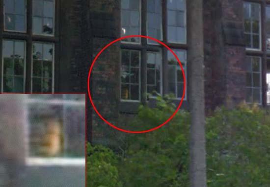 rostro fantasmal antiguo orfanato abandonado - Aterrador rostro fantasmal aparece en la ventana de un antiguo orfanato abandonado