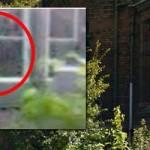 Aterrador rostro fantasmal aparece en la ventana de un antiguo orfanato abandonado
