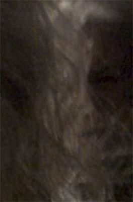 Selfie mujer rostro siniestro detrás