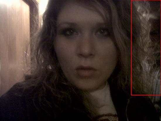 selfie mujer rostro siniestro - Selfie de una mujer muestra un rostro siniestro detrás de ella