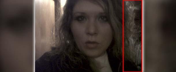 Selfie de una mujer muestra un rostro siniestro detrás de ella