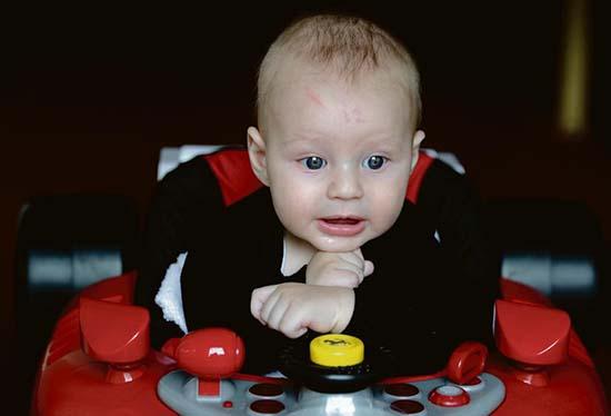 bebe nace numero 12 frente - Un bebé nace con el número 12 marcado en su frente