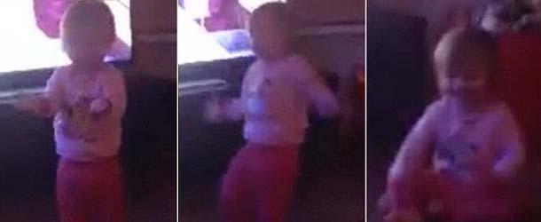 fantasma ataca hija - Madre graba el aterrador momento en el que un fantasma ataca a su hija de un año