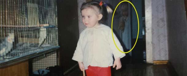 figura fantasmal fotografia infancia - Una mujer descubre la figura fantasmal de una niña en una fotografía de su infancia