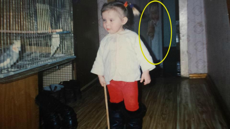 figura fantasmal nina - Una mujer descubre la figura fantasmal de una niña en una fotografía de su infancia